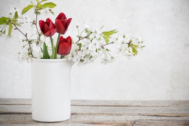 Bloemen op witte grungeachtergrond