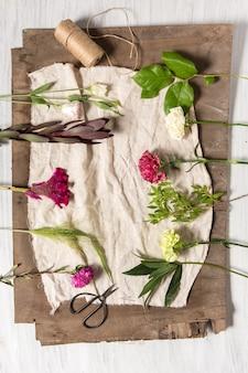 Bloemen op witte houten tafel