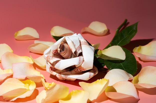 Bloemen origami bankbiljetten de roos is gemaakt van 5000 russische bankbiljetten. concept-favoriete bloemen zijn geld