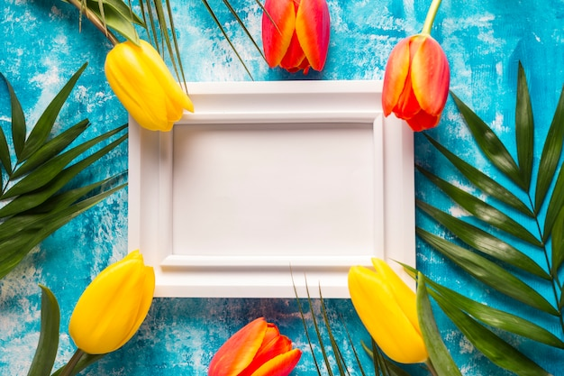 Bloemen rond fotolijst op tafel