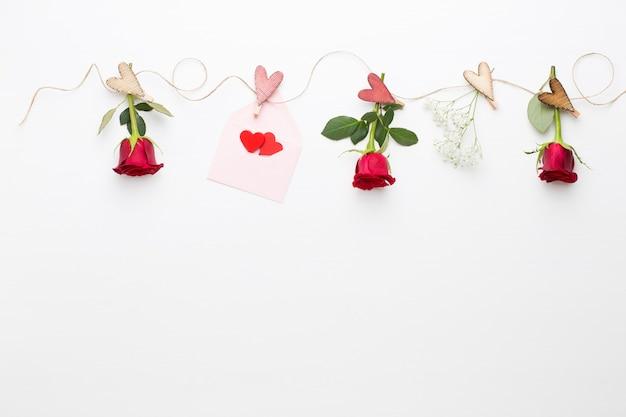 Bloemen samenstelling. frame gemaakt van rode roos op wit.
