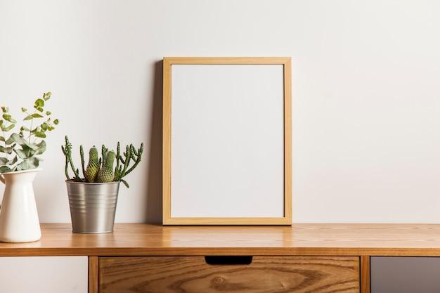 Bloemen samenstelling met frame op tafel