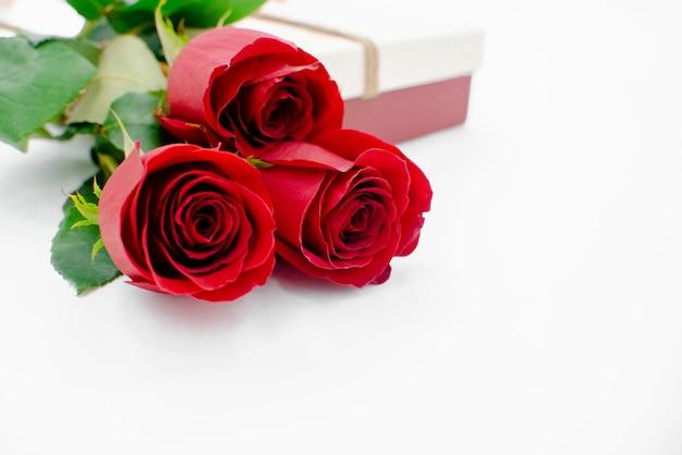 Bloemen samenstelling met geschenkdoos