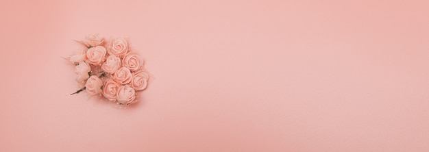 Bloemen samenstelling. patroon gemaakt van roze bloemen op roze achtergrond.