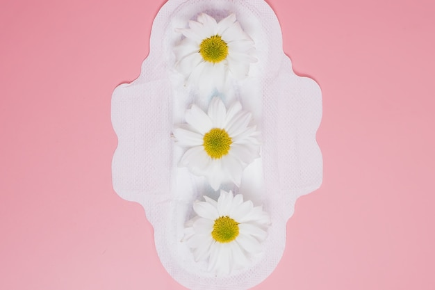 Bloemen schoon maandverband, hygiëneconcept, vrouwenproducten, maandverband