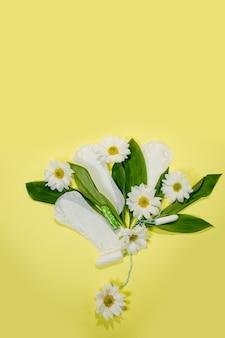Bloemen schoon maandverband, hygiëneconcept, vrouwenproducten, maandverband.