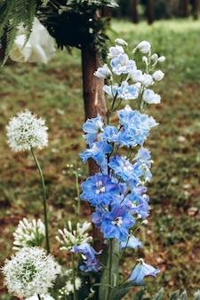 Bloemen tipioverwelfde galerij voor een mooi openluchthuwelijk