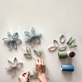 Bloemen uit toiletrolbuis voor moederdag, afvalvrij ambacht voor kinderen, neutraal pastel oppervlak