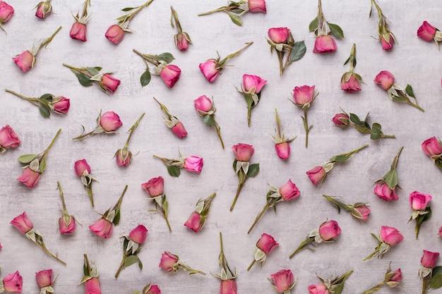 Bloemen valentijn dag samenstelling. frame gemaakt van roze roos op grijze achtergrond. plat leggen, bovenaanzicht, kopie ruimte.