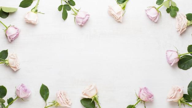 Bloemen valentijn wenskaart. frame gemaakt van roze roos op grijs plat lag, top uitzicht, kopie ruimte.