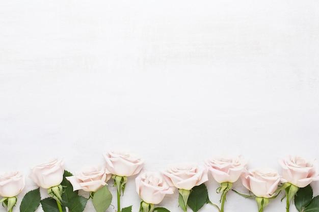 Bloemen valentijn wenskaart. frame gemaakt van roze roos op grijze achtergrond. plat leggen, bovenaanzicht, kopie ruimte.