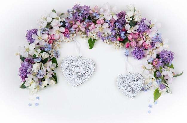Bloemen van de vogelkers, lila, vergeet-mij-nietjes en appelbomen omzoomd met een boog