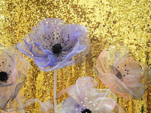 Bloemen van organza voor interieurdecoratie.