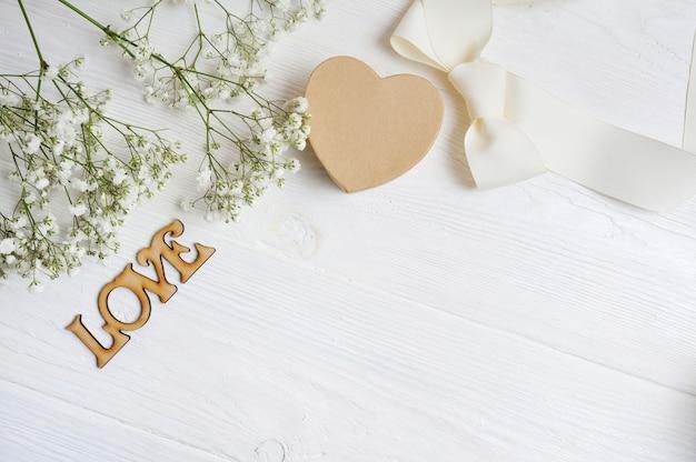 Bloemen van witte giftgypsophila met een hart