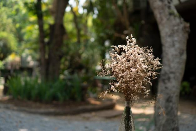 Bloemen voor decoratie in restaurants en cafés
