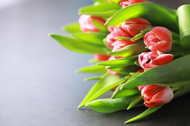 Bloemen, voorjaarsvakantie en woondecoratieconcept - boeket van mooie tulpen, bloemenachtergrond