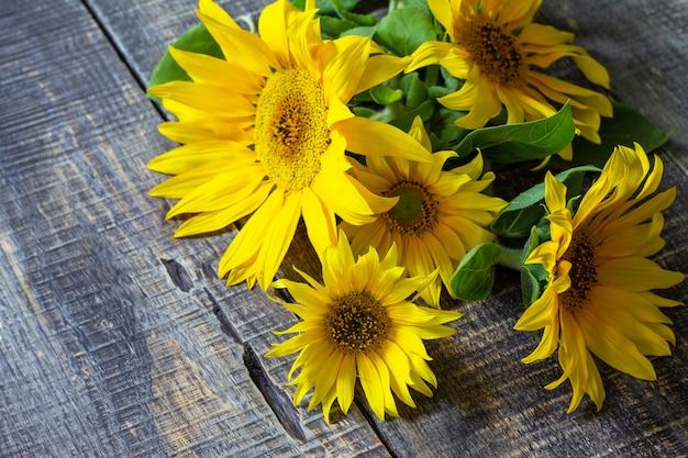 Bloemen zonnebloem boeket op een houten tafel. kopieer ruimte.