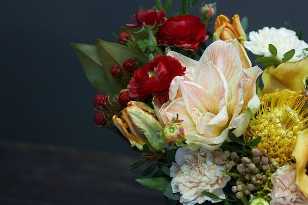Bloemenboeket in vintage stijl in een glazen vaas