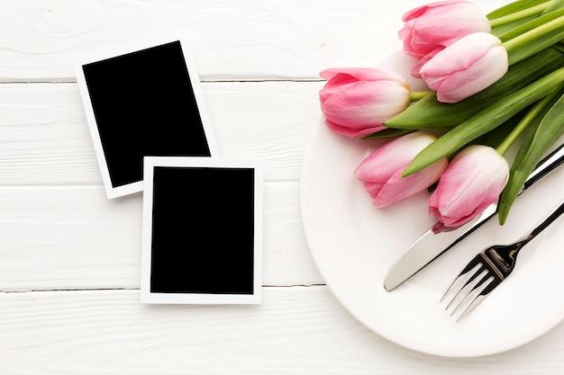 Bloemenboeket met foto's ernaast