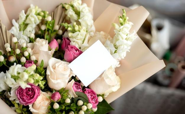 Bloemenboeket met lege notitie