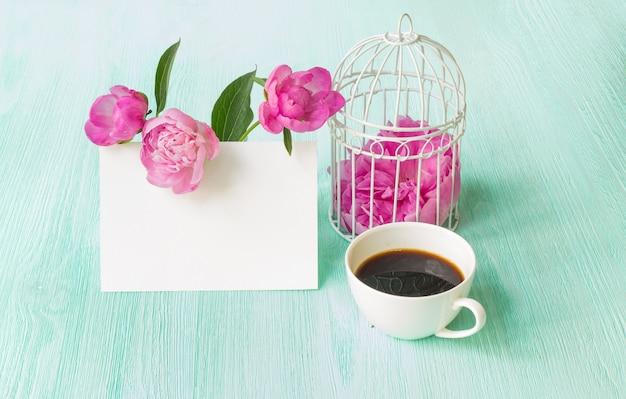 Bloemenboeket met roze pioenen.