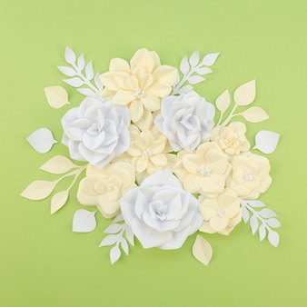 Bloemendecoratie op groene achtergrond