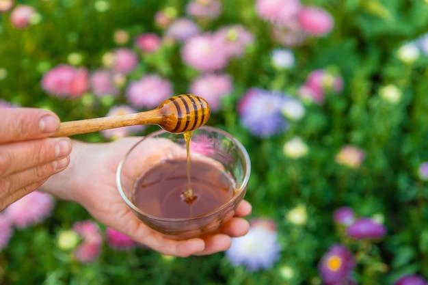 Bloemenhoning in de handen van een man. selectieve aandacht. natuur.