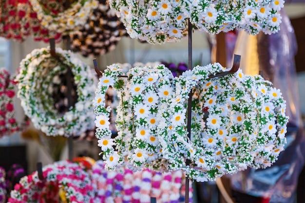 Bloemenkraampjes verkopen hoofddoeken gemaakt van bloemen winkel met bloemen op kransen hoofd