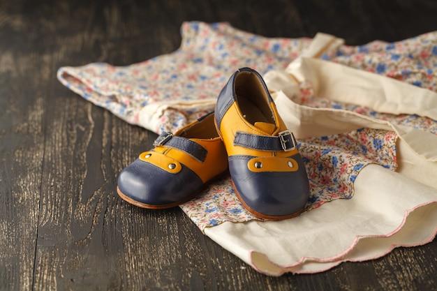 Bloemenmeisje jurk en schoenen