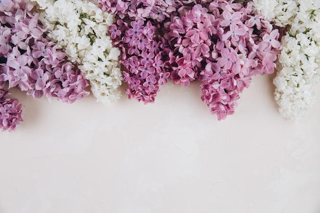 Bloemenpatroon van een tak van lila op een steen roze achtergrond