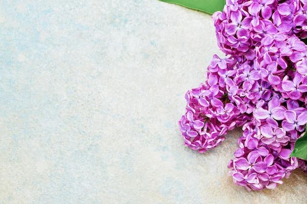 Bloemenpatroon van lilac takken, bloemenachtergrond. plat leggen, bovenaanzicht.