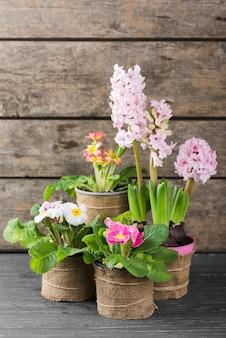 Bloemenpotten op tafel