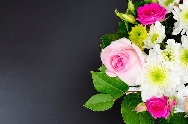 Bloemenregeling op heldere achtergrond met plaats voor tekst.
