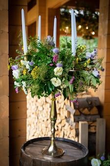 Bloemenrestaurantdecoratie voor de weddindlijst van de jonggehuwdenviering