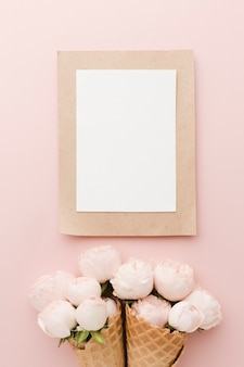 Bloemenroomijskegel en leeg wit kader