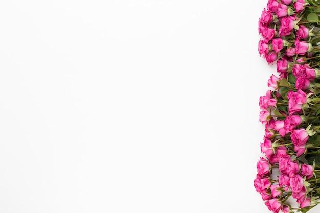 Bloemensamenstelling gemaakt van rode rozen