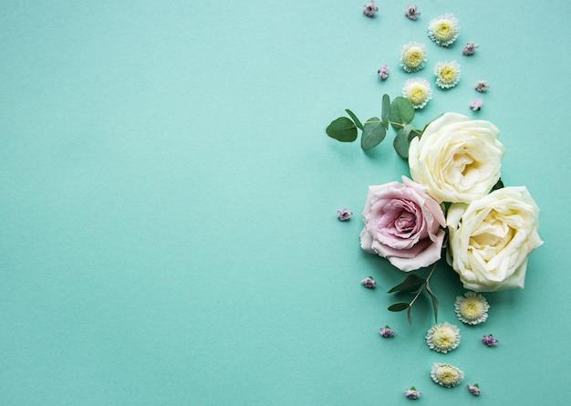 Bloemensamenstelling op groene achtergrond