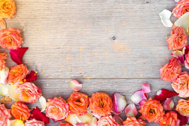 Bloemensamenstelling op houten achtergrond. valentijnsdag achtergrond.