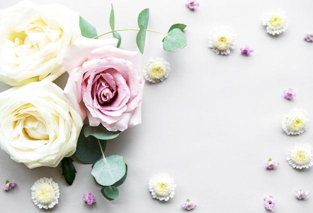 Bloemensamenstelling op witte achtergrond