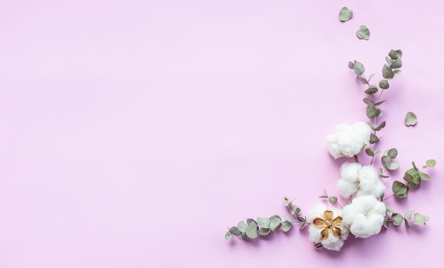 Bloemensamenstelling - verse eucalyptusbladeren en katoenen bloemen