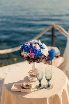 Bloemensamenstellingen bij de huwelijksceremonie. trouwen in montenegro aan zee.