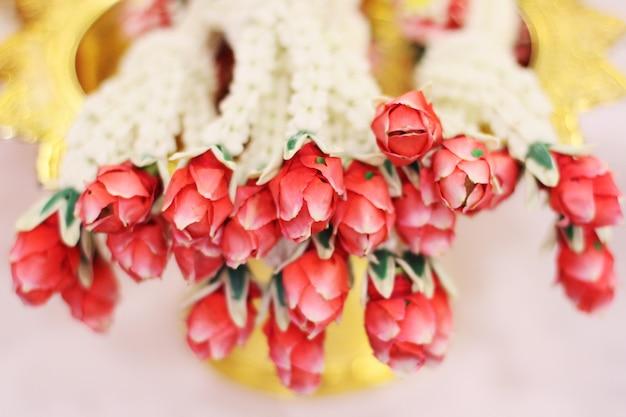 Bloemenslingers op een gouden dienblad in de dag van de het huwelijksceremonie van de traditie thaise. jasmijn krans