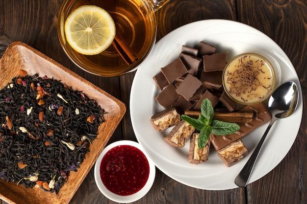 Bloementhee met citroen in de buurt van melkchocolade met munt en honing