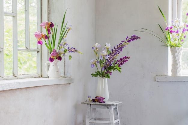 Bloemenvaas zitten binnenkant van venster