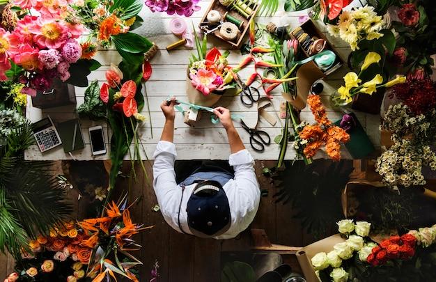 Bloemenwinkel bedrijfseigenaar werkende dienst