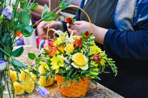 Bloemenwinkel. creatie van een decoratief bloemstuk.