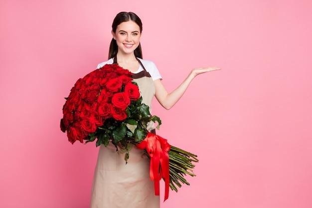 Bloemenwinkel dame houdt honderd rozen bos open arm lege ruimte