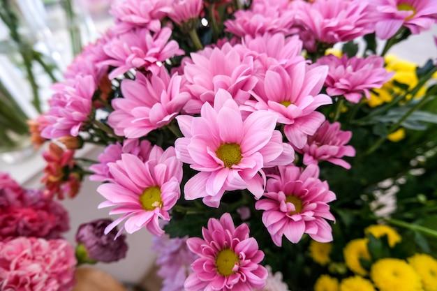 Bloemenwinkel met vakantie prachtige bloemen. bloemen in een vaas voor decor en boeket.