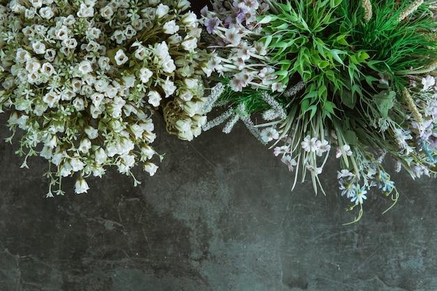 Bloemenwinkelconcept. close-up mooi vers boeket van gemengde bloemen op zwarte vloer.