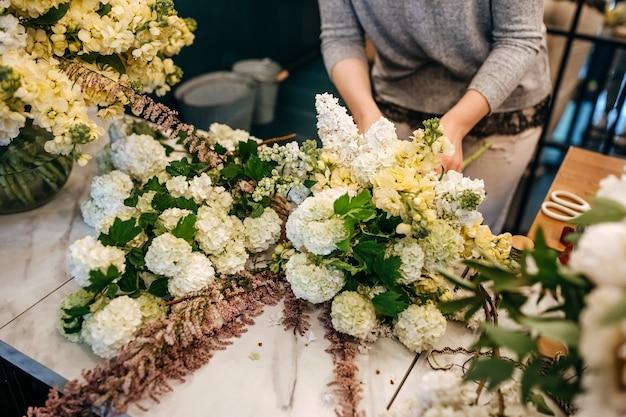 Bloemist boeket in bloemenwinkel maken